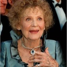 Gloria Stuart in a blue diamond necklace by Harry Winston Titanic Actress, Film Titanic, Harry Winston, Celine Dion, Elizabeth Taylor, Golden Age Of Hollywood, Classic Hollywood, Hollywood Glamour, Hollywood Stars