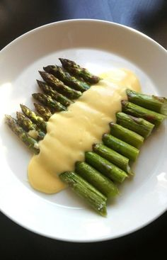 Ruskeakastike, punaviinikastike, hollandaise.. onnistuvatko sinulta? Asparagus, Curry, Vegetables, Food, Studs, Curries, Vegetable Recipes, Eten, Veggie Food