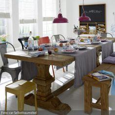 Der Esstisch ist das zentrale Möbelstück im Esszimmer und in der Küche – schließlich steht er meist mittig im Raum und die Stühle sind um ihn herum arrangiert. Doch nicht nur rein optisch ist der Esstisch das Herzstück der eigenen vier Wände. Er ist auch der Ort, um den sich das Leben kreist: Hier treffen alle Hausbewohner aufeinander, ob zum Essen, Trinken oder zum gemeinsamen Arbeiten. Freunde und Familie werden zu Tisch geladen und es wird zusammen gelacht, gestritten und sich wieder ...