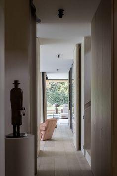 Dans la ville de Knokke, en Belgique, Ontwerpbureau Dries De Malsche a conçu « Residence DVB », une maison familiale lumineuse, qui équilibre détente et fonctionnalité grâce à des détails personnalisés et une palette de matériaux chaleureux. L'architecture est ancrée dans le contexte local, dans le respect de la tradition, en créant une sensation de chaleur et d'authenticité. Propice aux plaisirs simples, cette habitation épurée, se compose de pièces de vie, de détente et de… Hidden Lighting, Delta Light, Marble Island, Minimal Home, Seaside Resort, Attic Rooms, Dining Nook, Interior Design Studio, Large Windows