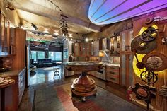 déco industrielle, table en bois, plafond en béton et rouages métalliques comme déco murale
