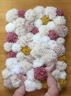 Alfombra hecha con pompones de lana.