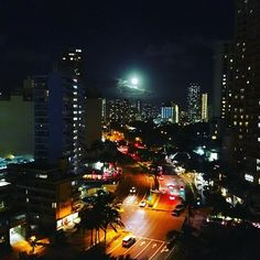 Instagram【seriy129】さんの写真をピンしています。 《夜もキレイ🌃  #ハワイ#hawaii  #夜景 #moon》