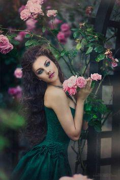 Mujer bella como la rosa con poder de expandir su  fragancia bendecida por por Dios. beauty