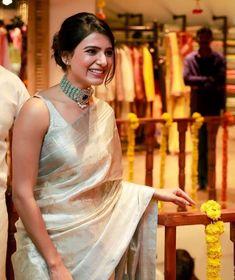Samantha Akkineni (HD) in Golden silk saree looking gorgeous @ Mugdha Flagship Store Launch Indian Look, Indian Ethnic Wear, Indian Dresses, Indian Outfits, Indian Clothes, Saree Jewellery, Modern Saree, Saree Trends, Stylish Sarees
