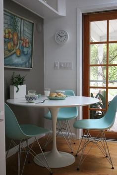 Tulip table and Eames molded plastic chairs. The Best of 2013 Interior Design Trends Going into 2014 Saarinen Tisch, Saarinen Table, Knoll Table, Eames Furniture, Modern Furniture, Eames Chairs, Furniture Ideas, Wood Chairs, Deco Paris