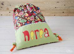 Bolsa porta-todo confeccionada y personalizada con el nombre de Nerea pintado a mano.