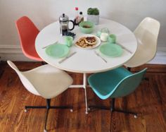Mid-Century Modern Vintage Eames Era Dining Set Kitchen Table and set of 4 Fiberglass Shell Chairs
