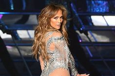 Behind the successful looks of world star, Jennifer Lopez is a harmonious body and good health that reflects on her skin as well. What is Jennifer Lopez's diet? Nova Dieta Dukan, Jennifer Lopez Songs, Five Minute Hairstyles, 257, Les Rides, Look Thinner, Mariah Carey, Weight Training, New Movies
