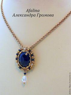 """Купить Кулон """"Маленькая драгоценность"""" - тёмно-синий, сапфир, кулон, Сваровски, японский бисер, золотой"""