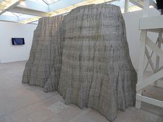Scheveningen - Museum Beelden aan Zee. Tentoonstelling. Sculptuur Mountain (Brits-Indiase beeldhouwer Anish Kapoor). Het lineaire ritme van de gestapelde aluminiumlagen (120 lagen van 2cm dik) heeft een hypnotiserend effect. Bestaat uit 1000 onderdelen en 10.000 schroeven, en is 2,5 meter hoog. Foto: G.J. Koppenaal - 27/1/2017.