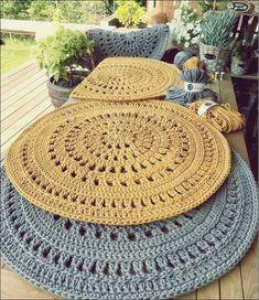 Wonderful carpets ideas of crochet - free knitting - Wunderbare Teppiche Ideen von Häkeln – Free Knitting Wonderful carpets ideas of crochet Crochet Carpet, Crochet Home, Diy Crochet, Crochet Ideas, Tapete Doily, Doily Rug, Crochet Placemats, Crochet Doilies, Crochet Table Mat