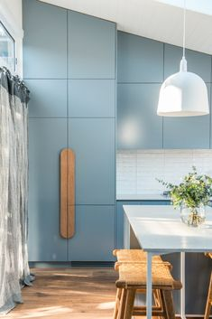 beach Painted blue kitchen cabinetry and a custom-made timber handle adds style to this kitchen renovation by Kyal and Kara. Timber Kitchen, 70s Kitchen, Shabby Chic Kitchen, Kitchen Living, Kitchen Rules, Open Kitchen, Kitchen Ideas Australia, Kyal And Kara, Beach House Kitchens
