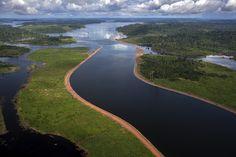 """""""O que o Rio Xingu está fazendo aqui?!"""" A pergunta, em tom de espanto, foi feita a si mesmo, na manhã da quinta-feira, 17 de março, pelo taxista altamirense Reginaldo Melo, 53 anos, ao avistar o imenso canal de derivação da Usina Hidrelétrica de Belo Monte, proeza da engenharia que desviou o curso das águas por 20km e reduziu em 80% a vazão do rio num trecho de 100km da calha original."""
