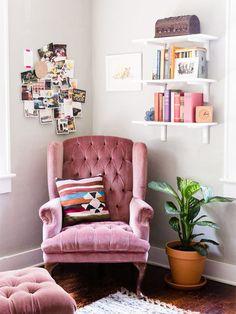 Cómo rellenar esquinas y encuentros de paredes en un cuarto. Un sillón con mucha presencia, estantes con libros y una composición de fotos puede ser un buen armado.