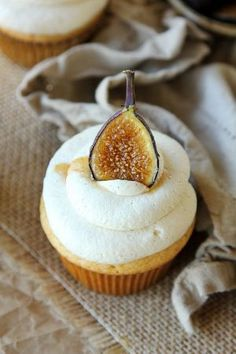 Honey Cupcakes With Marscarpone Frosting & Caramelized Figs Honey Cupcakes, Summer Cupcakes, Healthy Cupcakes, Summer Cupcake Flavors, Easy Desserts, Dessert Recipes, Honey Dessert, Mousse, Cupcake Boutique