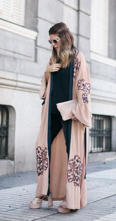 Street style abayas fashion, fashion outfits и kimono fashio Style Hijab Simple, Simple Street Style, Hijab Style, All Black Fashion, Pop Fashion, Trendy Fashion, Abaya Fashion, Kimono Fashion, Fall Fashion Outfits