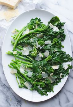 Broccoli Rabe (Rapini) with Garlic Parmesan and Lemon - use these easy steps to prepare broccoli rabe (rapini) for a great side dish. This method removes the bitterness that naturally occurs with broccoli rabe. Pizza Side Dishes, Best Side Dishes, Healthy Side Dishes, Vegetable Side Dishes, Side Dish Recipes, Dinner Recipes, Healthy Sides, Healthy Choices, Dinner Ideas