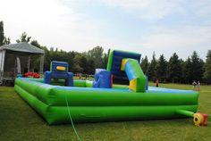 Vodný futbal alebo vodný basketbal. Nafukovacie ihrisko naplnené vodou.