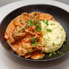 Biff stroganoff med potetmos Norwegian Food, What To Cook, Thai Red Curry, Nom Nom, Dinner Recipes, Food And Drink, Yummy Food, Lunch, Meat