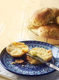 Kuituiset sämpylät - Kotiliesi.fi Bun Recipe, Pancakes, French Toast, Tasty, Breakfast, Recipes, Buns, Food, Breads