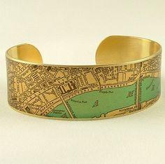 Nunca se pierden en Londres otra vez con un mapa en tu muñeca! He tomado las imágenes de un plano antiguo siglo XIX de Londres, Inglaterra y elegido el río Támesis en una azul turquesa. Usted puede escoger fácilmente a lugares tan emblemáticos como Trafalgar Square, Charing Cross, de