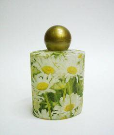 Vidro para perfume decorado à mão.