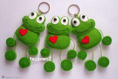 Frog Crafts, Felt Crafts Diy, Felt Diy, Crafts For Kids, Animal Sewing Patterns, Stuffed Animal Patterns, Pencil Topper Crafts, Felt Keychain, Felt Ornaments Patterns