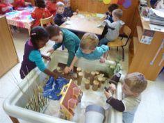 speeltafel van de zandbak: we gaan op berenjacht School, Flowers, Mother Nature, Animals, Bears, Suitcase, Florals, Schools, Flower