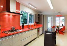 A cor é o destaque da cozinha projetada por José Pedro Maciel e Maira Guatimosim Maciel com a loja Dluca, de Porto Alegre. O preto, laranja e os tons amadeirados, tornaram o espaço gourmet um ambiente mais alegre e eclético.