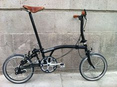 Brompton fold up bike - great for getting around town Velo Vintage, Vintage Bikes, Bicicleta Brompton, Urban Cycling, Folding Bicycle, Cycle Chic, Bicycle Parts, Hood Ornaments, Mini Bike