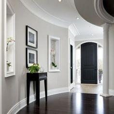 la-couleur-des-murs-et-des-images-gris-clair-dans-le-couloir.jpg (600×600)