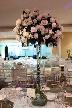 Centro de mesa alto con topiario elegante de Rosas Blancas. Decoración original de Aflora Flower Market.