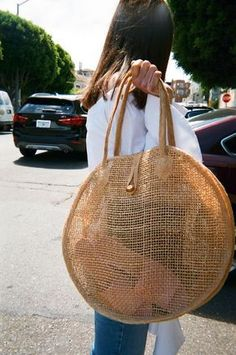 VINTAGE Woven Circle Tote-Say hello to perfect summer bag! Take this straw tote to the beach, farmers market, to brunch and beyond. This circle woven straw round tote is in excellent condition Summer Accessories, Fashion Accessories, Fashion Jewelry, My Bags, Purses And Bags, Hippie Stil, Straw Tote, Straw Beach Bags, Beach Tote Bags