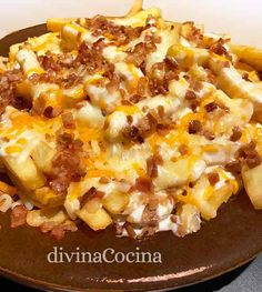 Patatas fosters con bacon y queso Tasty, Yummy Food, Canapes, Hawaiian Pizza, Flan, The Fosters, Macaroni And Cheese, Waffles, Bacon
