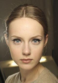 Comment utiliser de l'eye-liner sur des yeux clairs ? Mascara, Eyeliner, Cara Delevingne, Smoky Eyes, Kajal, Inspiration, Blue Eyes, Makeup Trends, Stuff Stuff
