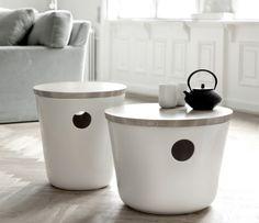 Den är formgiven av designduon Birgitte Due Madsen och Jonas Trampedach och kom för något år sedan. Det känns innovativt och fräscht med en möbel i keramik. Det vackra locket är i ask. Möbeln fungerar både som stol/pall och bord och ger samtidigt praktisk förvaring under locket.