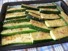Pikantní pečená cuketa Cooking Recipes, Healthy Recipes, Food 52, Vegetable Recipes, Zucchini, Food And Drink, Low Carb, Menu, Vegetarian