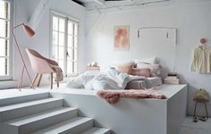 UNE CHAMBRE HYGGE, version rose pâle et blanc, mais ce que j'adore, c'est la plateforme.