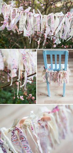 Maak zelf heel gemakkelijk een mooie slinger met lint en stof #diy #decoratie #bruiloft fotografie door www.trouwtrendy.nl