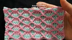 No photo description available. Crochet Borders, Crochet Stitches, Crochet Patterns, Crochet Bebe, Crochet Videos, Crochet Flowers, Arm Warmers, Free Pattern, Crafts For Kids