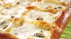 Pullapohjainen rahkapiirakka valmistuu helposti samalla kertaa koko pellin kokoiseksi. Herkullisesta piirakasta riittää isommallekin porukalle. Finland Food, Creme Fraiche, Hawaiian Pizza, Pie Recipes, Risotto, Mashed Potatoes, Macaroni And Cheese, Sweet Tooth, Goodies