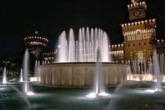 L'aria si rinfresca di sera...e l'acqua della fontana del Castello rende ancora tutto più bello. Buona serata a tutti Foto di Aldo Diazzi #milanodavedere Milano da Vedere