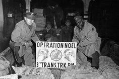 """""""Operation Weihnachten"""": Angehörige der US-Armee sammelten mehr als 20 Tonnen Lebensmittel, Süßigkeiten und Kleidung, die im November 1946 als Weihnachtsspende mit zwei Flugzeugen von Frankfurt nach Berlin geflogen wurden. Kalter Winter, Berlin, Operation, Economic Policy, Frankfurt, Period, November, Germany, History"""