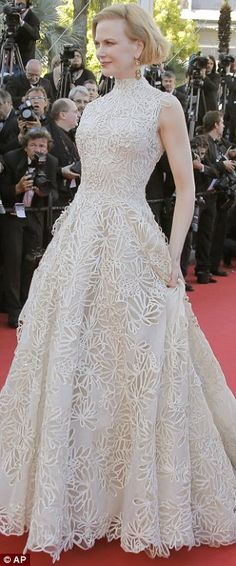 Cannes Nebraska premiere - May 23 Nicole Kidman wore an ivory gown from the Valentino Couture spring/summer 2013 collection. Anne Hathaway was reportedly set to wear this design to the 2013 Oscars, before switching to a Prada dress at the last minute. Nicole Kidman, Heidi Klum, Frill Dress, Dress Up, Prada Dress, Red Carpet Gowns, Festival Dress, Celebrity Outfits, Celebrity Photos