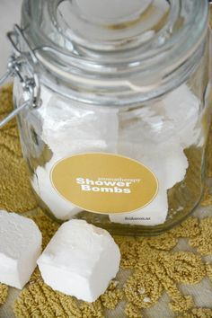 Aromatherapy Shower Bombs Looking for great aromatherapy? Love using doTERRA essential oils? Need ways to use them? Need relief from cold and flu symptoms? Make Shower Bombs. Baking Soda Shampoo, Baking Soda Uses, Dry Shampoo, Essential Oils For Colds, Young Living Essential Oils, Shower Bombs, Bath Bombs, Shower Steamers, Diy Shower