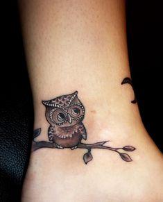 Tatuagem feminina de coruja no tornozelo fofo