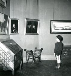 """""""Un jeune visiteur lors de la réouverture du Musée national Jean-Jacques Henner en 1958."""""""