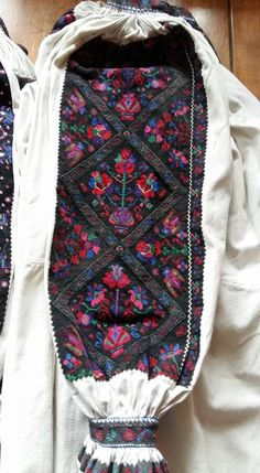 Vera Bradley Backpack, Traditional Outfits, Romania, Corset, Desk, Costumes, Popular, Clothing, How To Wear