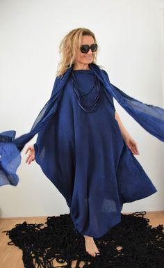 Dark+blue+Šaty+z+bavlněné+kreš+bavlny+asymetrického+zajímavého+střihu+mohou+být+do+společnosti+i+na+pláž+s+nejdelší+stranou+o+délce+až+140cm,+kteroulze+stažením+v+tunýlku+zkrátit+na+délku+cca+125-130cm+barvené+včetně+dlouhé+šály+a+látkovéhoomotání+na+krkdo+odstínů+modré+focené+na+postavě+vysoké+177cm+sluší+všem+velikostem+Některé+fotografie+jsou...